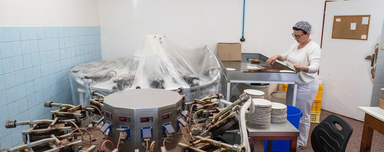 Speciální chipsy vyrábí jediná česká hostiárna. Ze zbytků po výrobě oplatků pro svaté přijímání